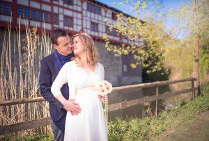 Hochzeitpaar vorm Wasserschloss Hagenwil
