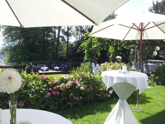 Hochzeitslocation Schloss Amberg in Oesterreich - freie Trauung im Garten