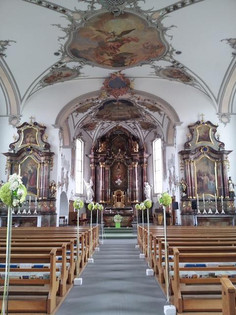 wunderschöne Eheschliessung in Niederbühren in der Kirche in der Ostschweiz